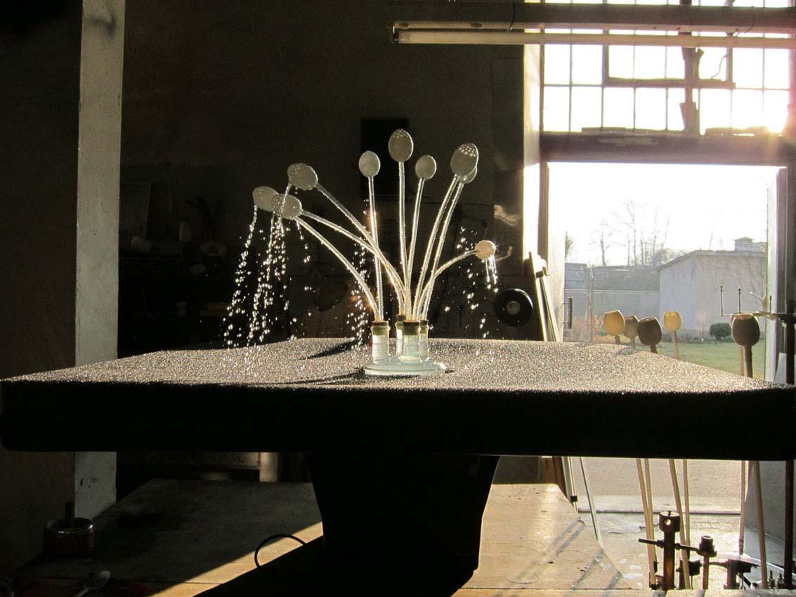 """www.wasserkunst.at    Gerhard Zsambok - Wasser-Künstler   Wenn Lyrik gebundene Sprache ist, so sind Zsamboks Skulpturen gebundene Kunst, weil sie in Form und Funktion darauf ausgelegt sind, rätselhafte Wirkungen und Phänomene des Wassers zu produzieren. Mit seiner Ausstellung """"The Flow"""" hat er sich im NUU verewigt."""