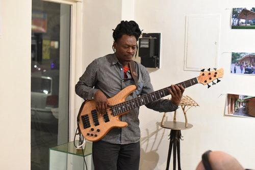 """Basil Usher - Musiker, Maler   Reggae Bassist und Maler, lebt seit über 25 Jahren in Finnland und Estonia, aber wenn er in Wien ist musiziert er im NUU, improvisiert - Improvisationskonzerte. """"Heartically felt !"""". Freedom of expression !"""