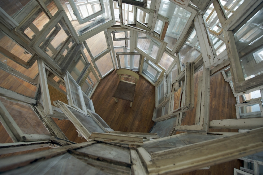 Chiharu Shiota, Inside - Outside, 2009, courtesy of Sammlung Hoffmann Collection
