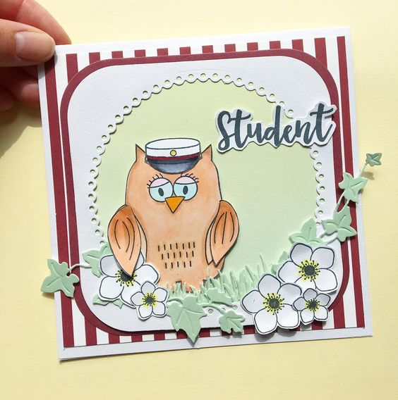KORT 1 Et studenterkort lavet med disse materialer:   Stempler:    ugle ,  blomster ,  tekst     Dies:    egeføj , blondekant    Papir:    'smagen af jordbærsorbet ',  '  smagen af kølige drinks' ,  'pistage'  Ugle er farvelagt med Copic Ciao