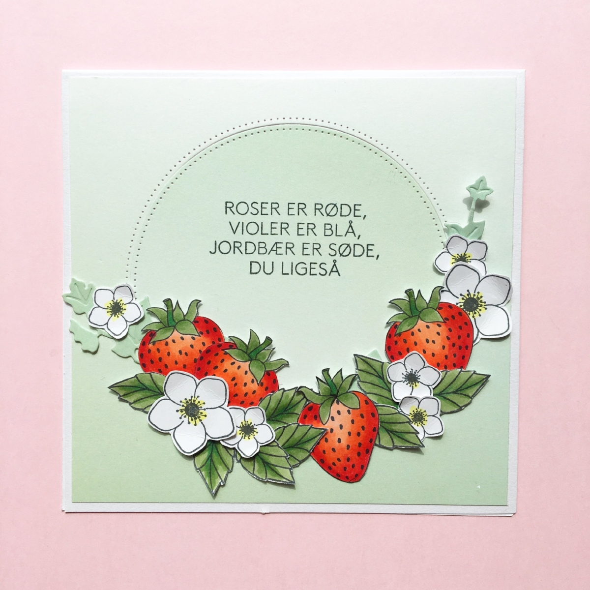 KORT 3 Et fint lille kort med jordbærtema.   Stempler:    jordbær,blomst og tekst ,  blade    Dies:    egeføj ,  c  irkel    Papir:    'smagen af pistage' , Jordbær og blade og er farvelagt med Copic Ciao