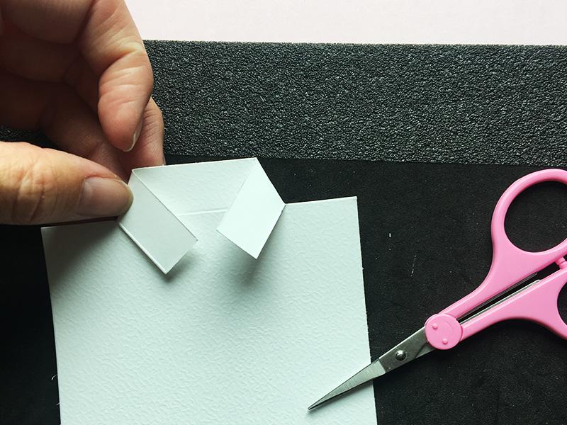 Step 4:  Fold derefter flipperne ind, så de danner en krave på skjorten.