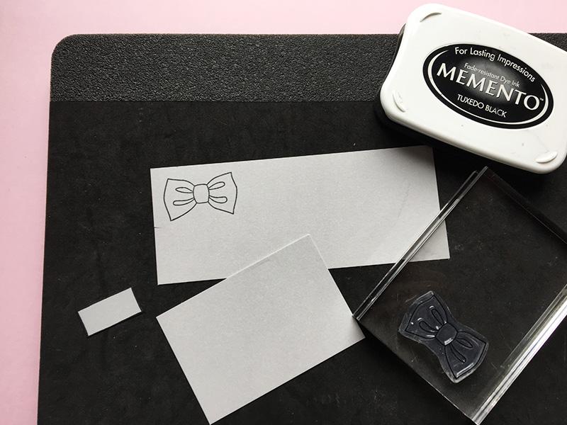 Step 7:  Brug dit butterfly stempel fra stempelpakken   du oser af charme  . Jeg har stemplet på gråt papir (  mild lakrids  ). Du får det bedste tryk ved et korrekt blødt underlag og ikke direkte på bordpladen. Skær yderligere to firkanter i samme farve. En til bund: 9 cm x 6 cm. En til lomme på vest: 3 cm x 1 cm.
