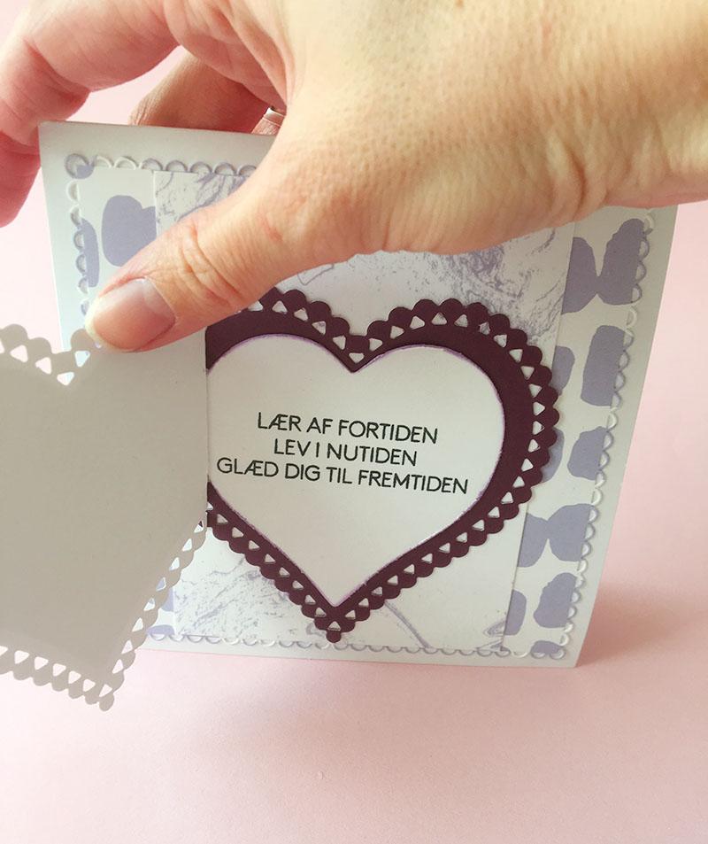 Her er der lavet to udskæringer af samme hjerte. Det yderste har fået en lille fold så det nemt kan åbnes.   - Tekst stempel: Lær af fortiden, lev i ...