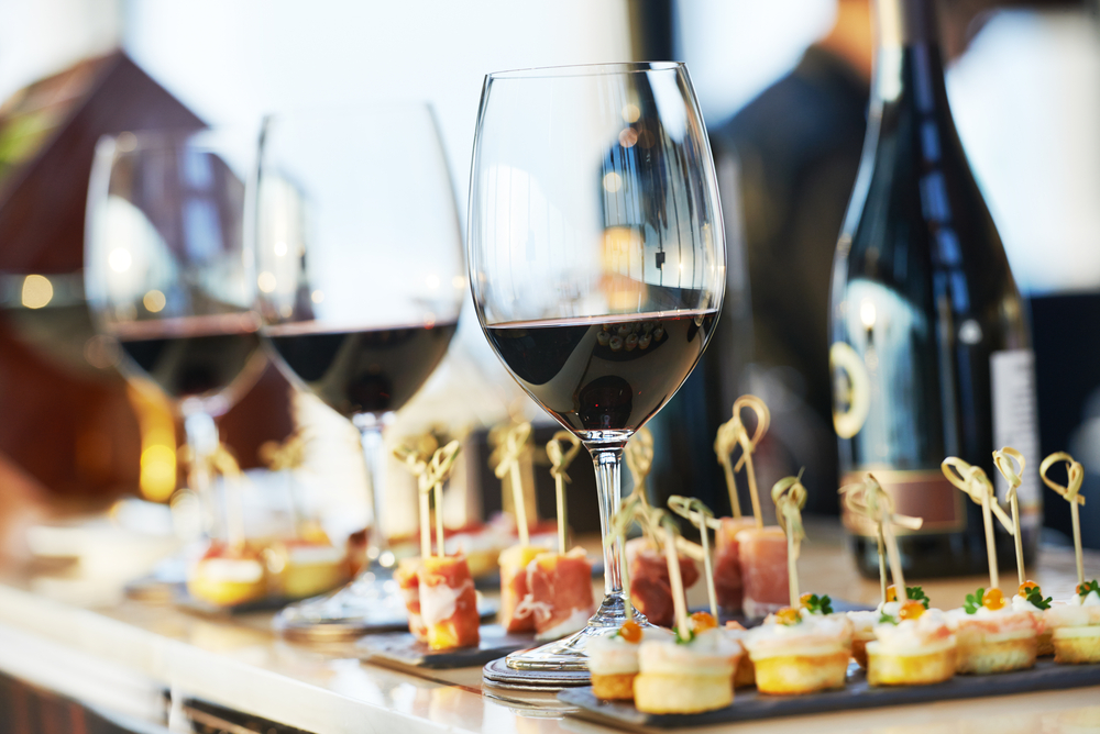 Red wine and delicious hors d'oeuvres are served @ SuiteLife