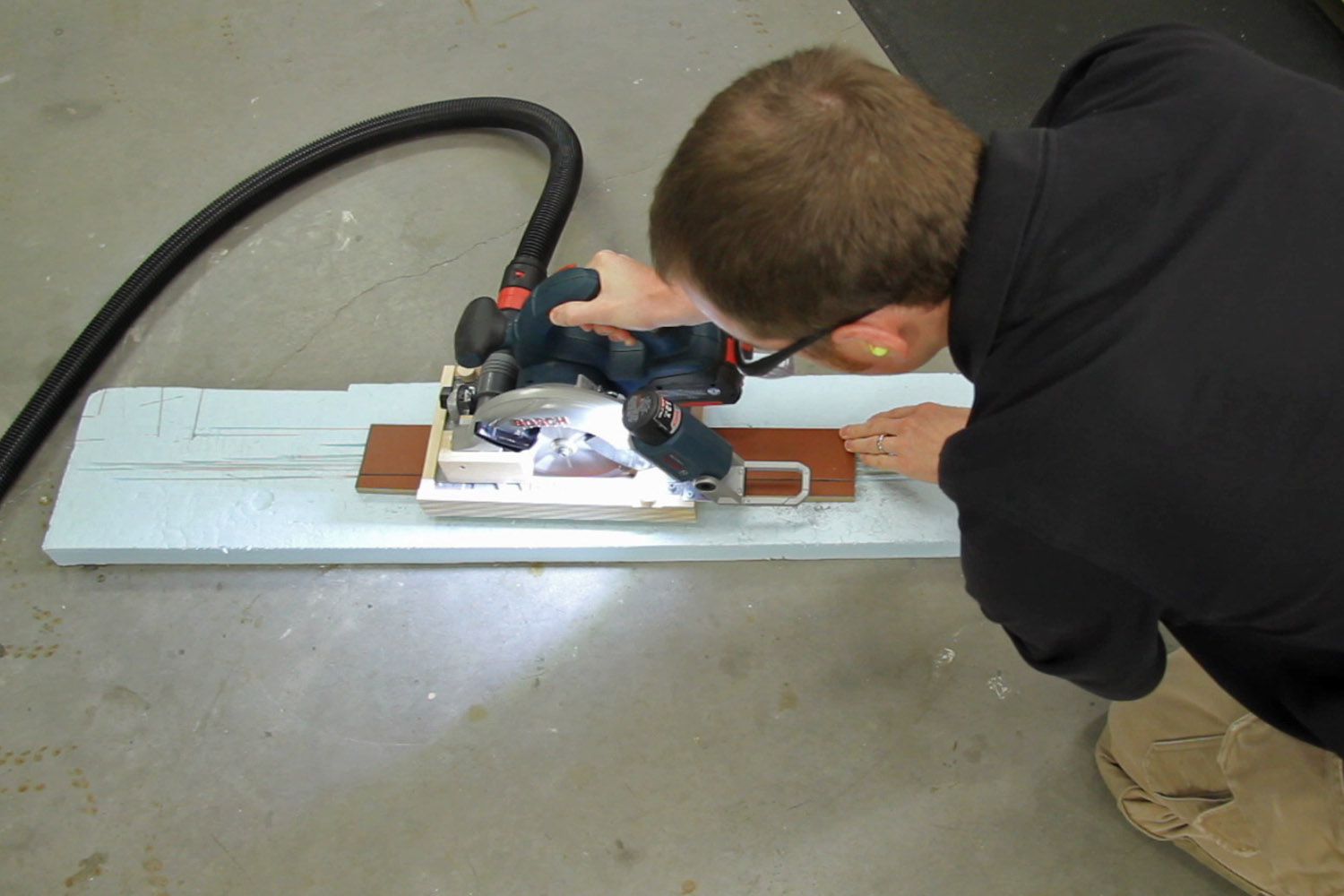 Making a dust-free cut with the ripping jig