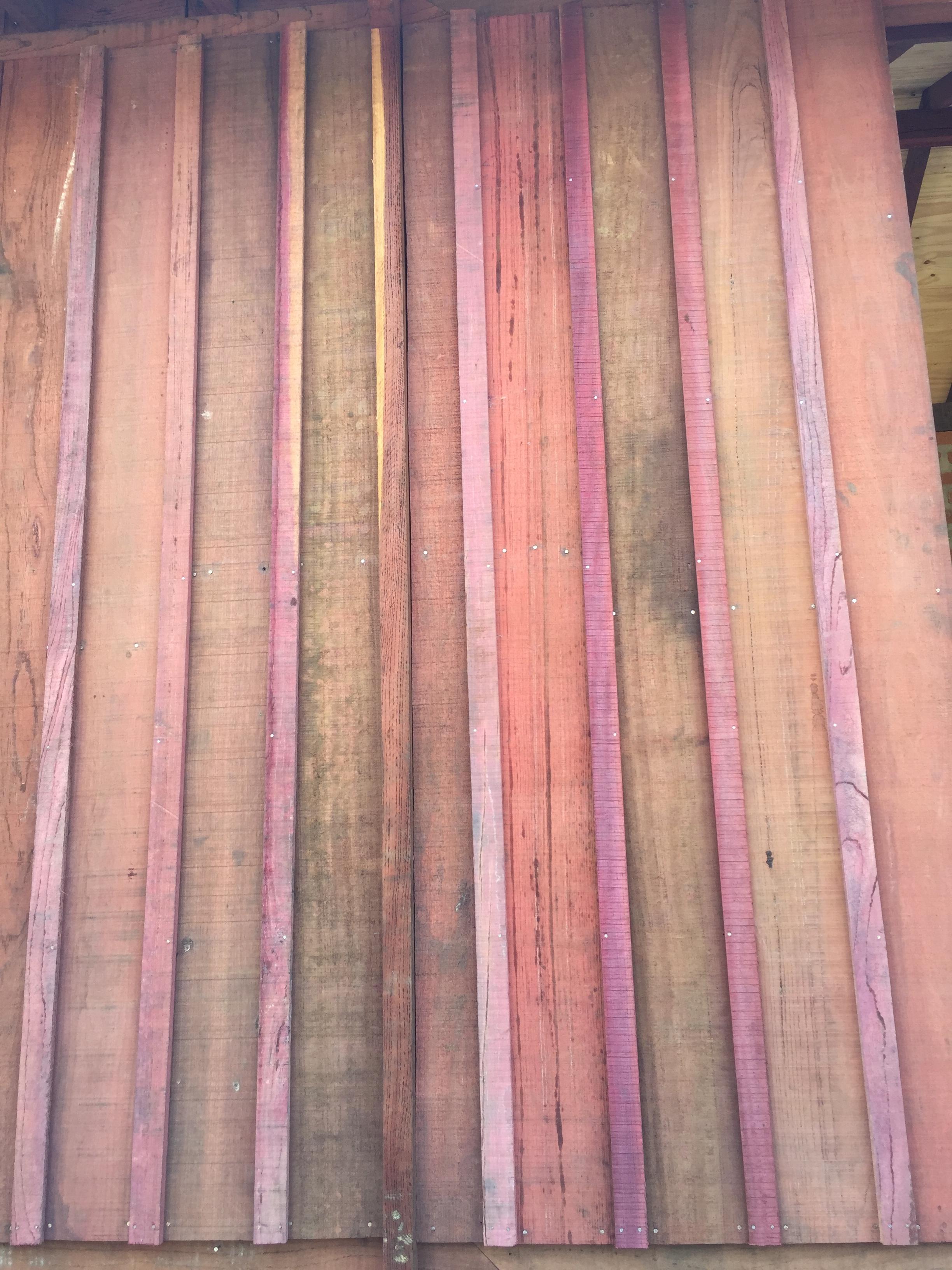 Parede de madeira - variações de roxos