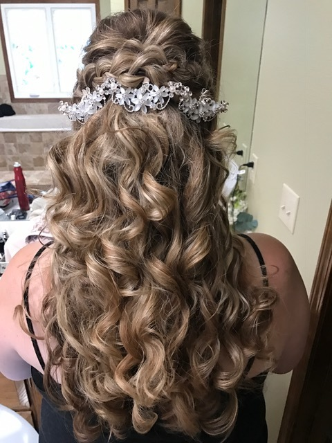 Again, the pretty hair piece just really adds to much detail!! Especially since she dedcided against a veil, this just really topped off her style!