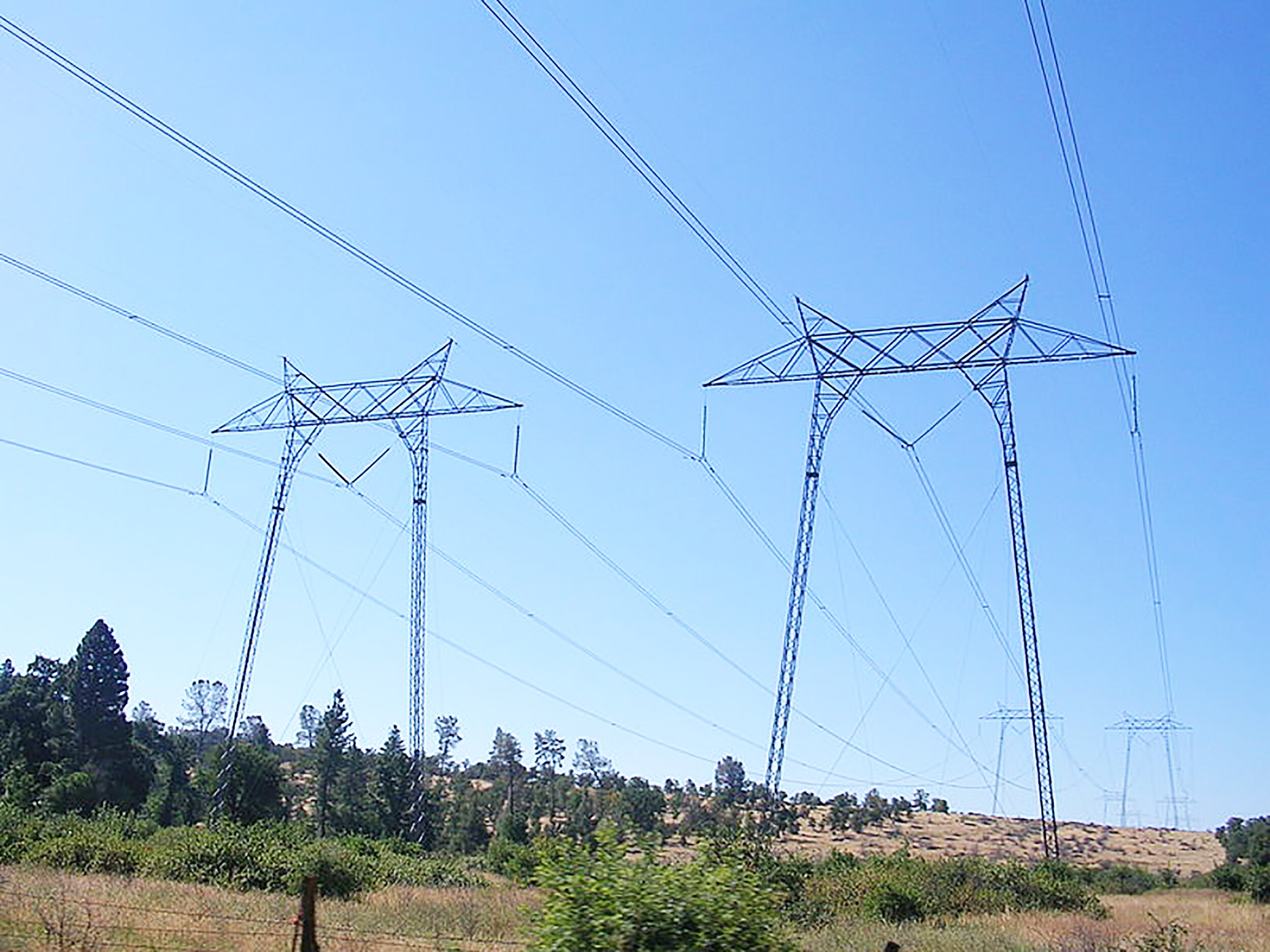 After Pacific Gas and Electric Company partly caused the Camp Fire, they decided to shut off their power lines (pictured above) at random times to cut down the threat of another fire. Californians are devestated by these blackouts that occur without warning (Armen van buuren/wikimedia).