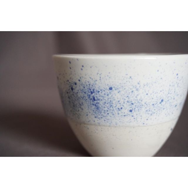 【「作り手」と「使い手」の繋がりのために】  Studio Freckles /freckled blue fragments cup 〔size〕φ85mm×H60mm  現在ノルウェーの首都オスロで活躍する @studio_freckles のLinda Flø。 彼女がどうして陶器作家になろうと思ったのか、そして自分の作品を通してどんなメッセージを伝えたいかを聞いて来ました。  ー 最初はどんなものを作り始めたの?  テーブルウェアのようなとても機能的な作品を作り始めたわね。最初の頃は自分のためだけにね。自分でテーブルウェアを作ると、どれだけの情熱や労力がそこに込められているかを実感できるから、いつも通りの食事でも別の意味での感謝が生まれたわ。 こういった食事に関連するクラフトに注意を払ってみると、その食事はもはやただの食べ物ではなく、器もただの調理器具ではなくなるわね。  #北欧 #ノルウェー #デザイン #クラフト #インテリア #アート #コミュニティ #陶器 #aquietday #オスロ #scandinavia #nordic #norway #ceramic #craft #interior #indretning #decor #dekor #vintage #vsco #vscocam #生活 #暮らし #模様 #柄