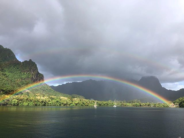 Look! At the end of a rainbow you can find gold...you just have to be willing to go find it! • • • • Pictured here is the island of Moorea, located in French Polynesia and the most powerful wave 🌊 in the world: Teahupo'o. Our content creator @jessiechaney spent two weeks sailing and exploring this beautiful oasis. Enquire for details today to find out when the best time to travel here is. • 📸 @jessiechaneyphoto  #travelwithdiamante #travellux #aspenlife #luxurytravelconcierge  #followyourdreams #doublerainbow #yachtlife #travelphotography #explorefrenchpolynesia #surftravel #ecotravel
