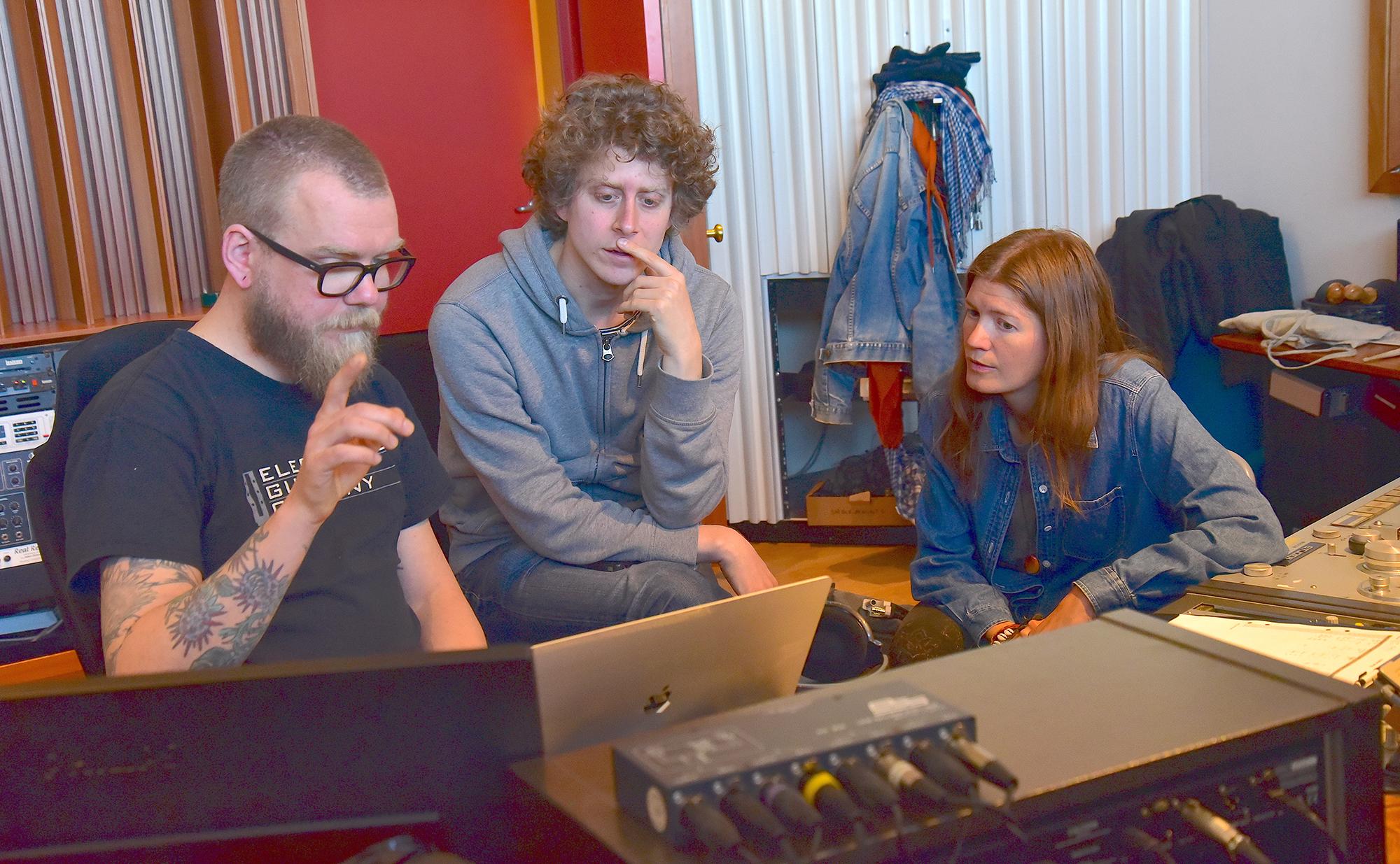 Farvels Isabel Sörling och pianisten Henrik Magnusson tillsammans med ljudteknikern Oskar Karlsson.