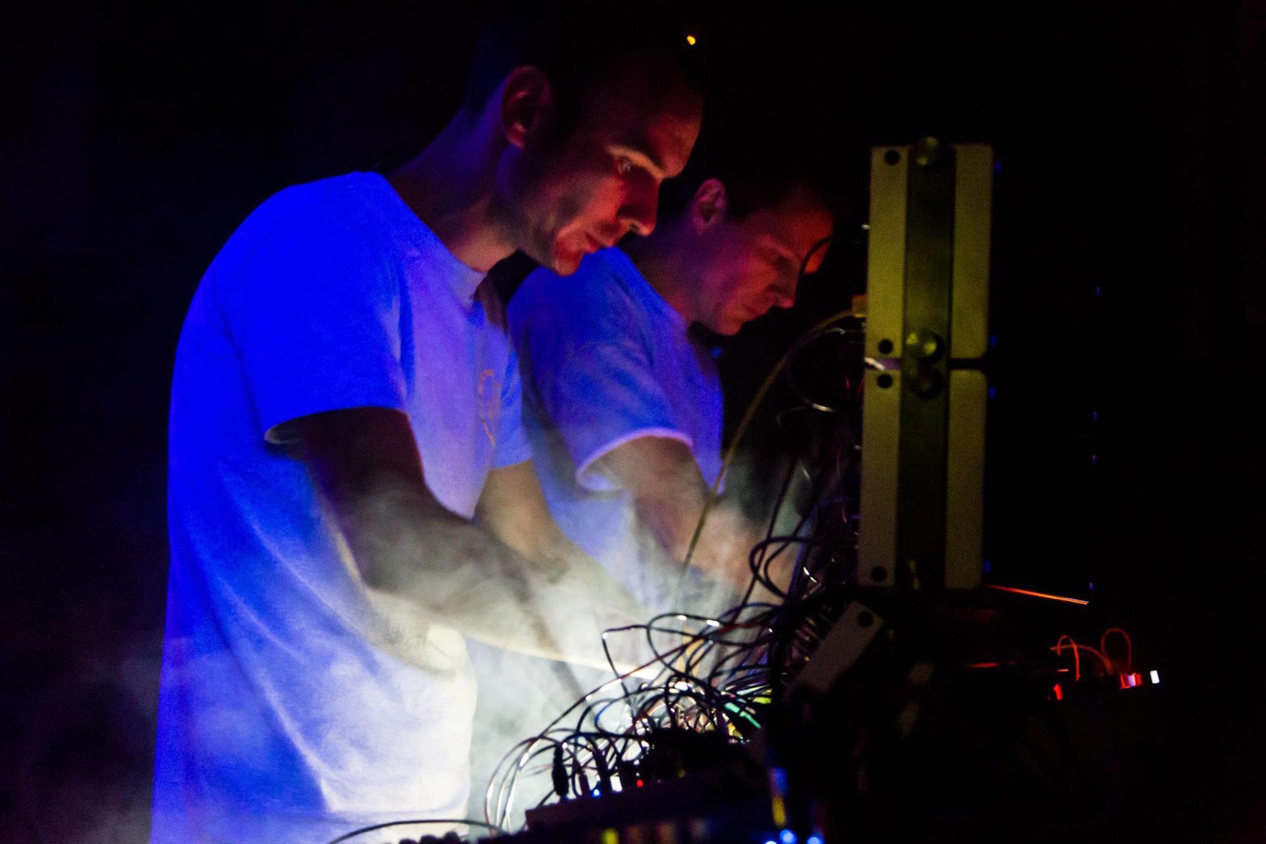 Gavin och Phil under en livespelning. Konserter och plattor har höjt butikens profil.