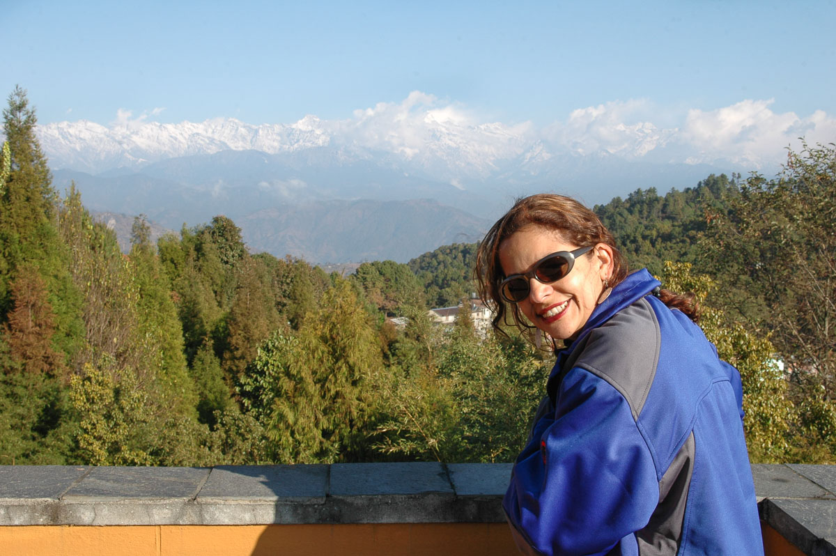 Journalist Juanita Malagón and the landscape of the Himalayas of Nepal.