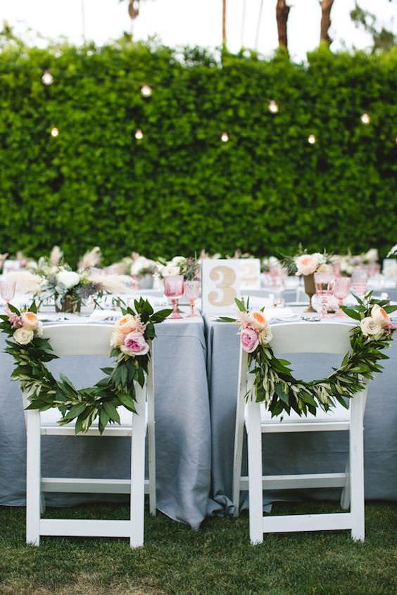 chaises-de-maries-couronnes-de-fleurs.jpg