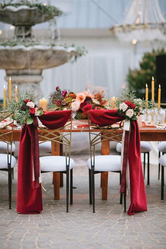 chaises-de-maries-drapes-rouge-et-fleurs.jpg