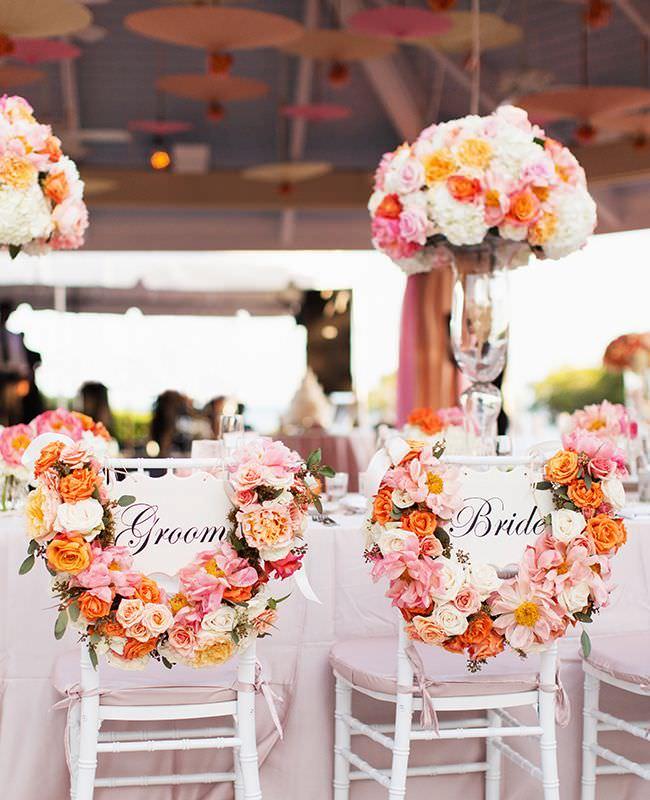 chaises-maries-blanches-et-couronnes-de-fleurs.jpg