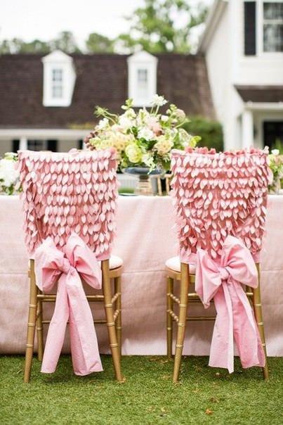 chaises-maries-roses-à-plumes.jpg