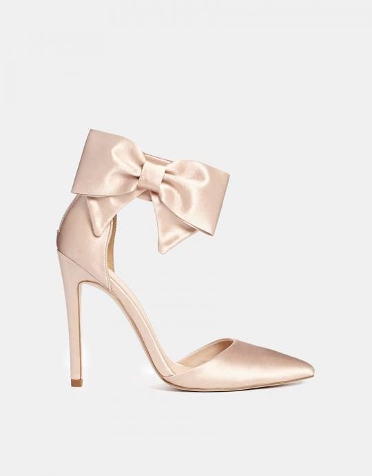 Gros coup de cœur pour cette superbe paire de chaussures à talons de la marque ASOS Collection. Elles sont un excellent choix pour une mariée glamour qui a choisi une petite robe courte à volants. Et bien sûr, on est fan du gros nœud qui viendra habiller votre cheville. Prix : 69 euros