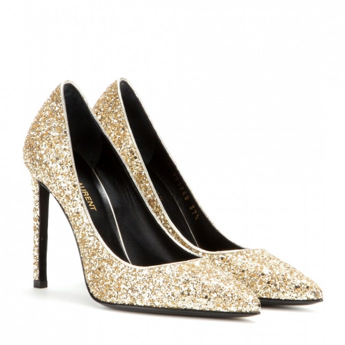 Comment refuser de porter une telle merveille ? Vous ne passerez pas inaperçue avec ces escarpins pailletés couleur or signé Yves Saint-Laurent. On la porte avec une robe courte dotée d'un bustier orné de paillettes dorées. Prix : 495 euros.