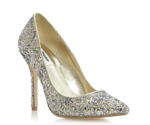 Nous avons trouvé cette petite paire de chaussures très chic chez Dune. Ultra tendance, ces escarpins métallisés habilleront à merveille votre look fashion et glamour. Glissez-vous d'ailleurs dans une robe courte pour montrer vos souliers éclatants à tous. On veut les montrer ces merveilles, pas vrai ? Prix : 115 euros.