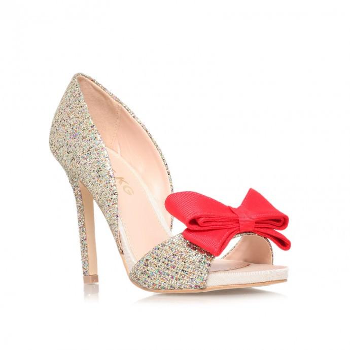 Signés Kurt Geiger, ces souliers appelés «Gabriella » vont faire des envieuses à votre wedding day ! Une paire de sandales comme celle-ci à moins de 100 euro, on achète tout de suite ! Prix : 68 euros.
