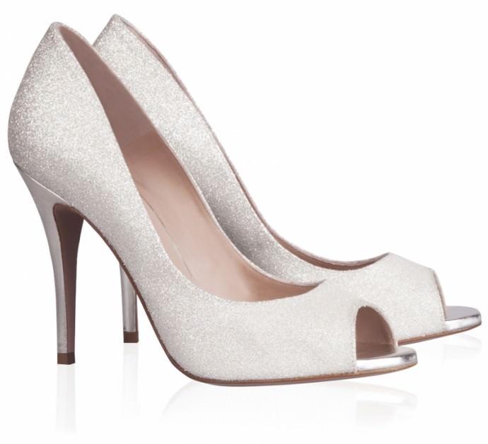Oui aux sandales peep toes blanches pour le jour de son mariage. Pour un look sans faute note on les porte avec une robe de princesse joliment perlée sur le haut. Prix : 220 euros.