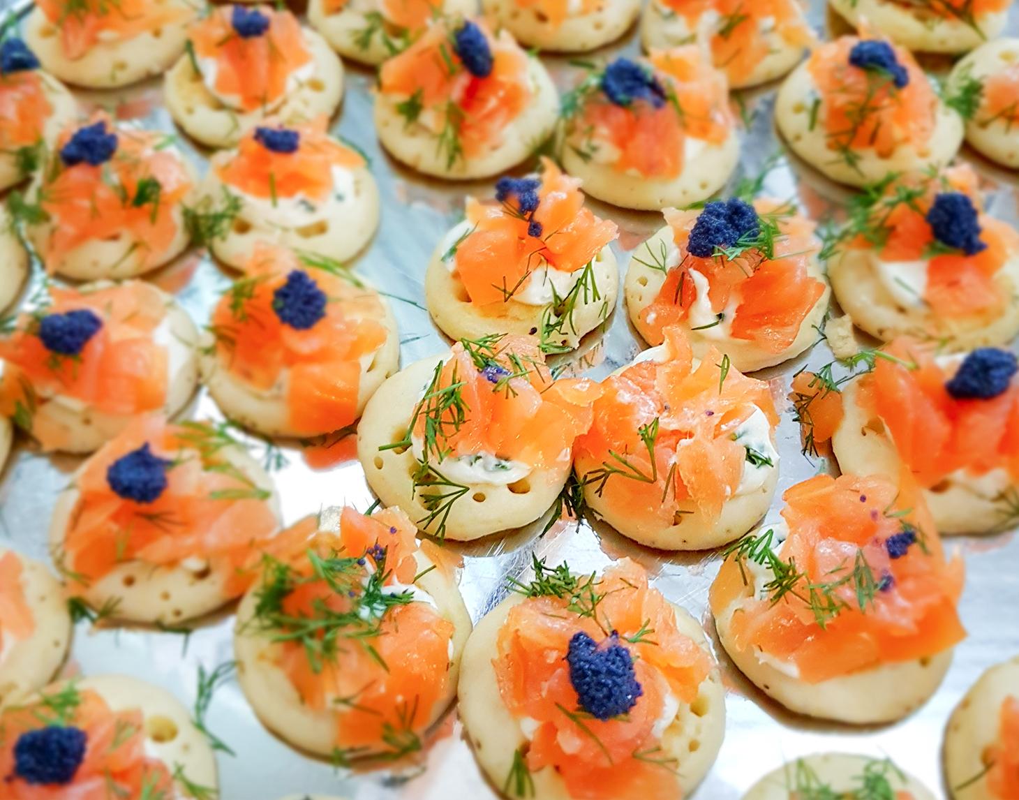 saumon fumé & crème de ciboulette sur blinis -