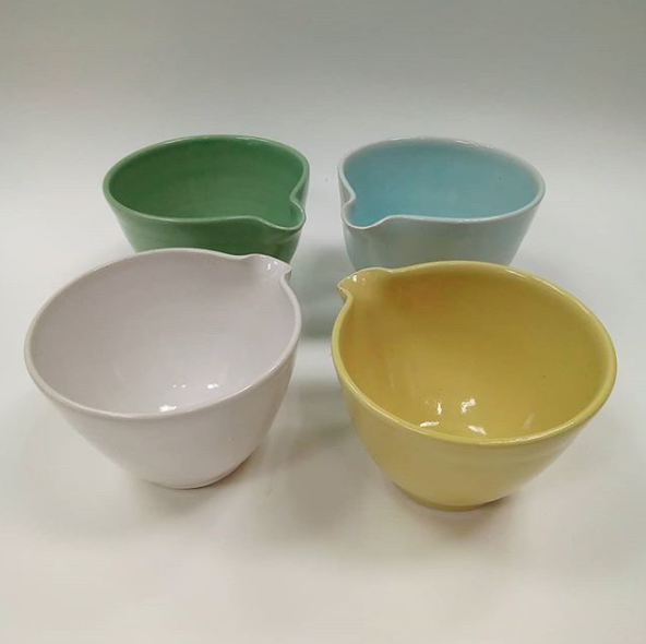 Topsy Jewell  Topsy Jewell makes beautiful, hand thrown pottery with simple, functional designs and strong colours. She uses white stoneware and her own glazes and fires to a high temperature so that her pieces are durable and can go in the dishwasher.