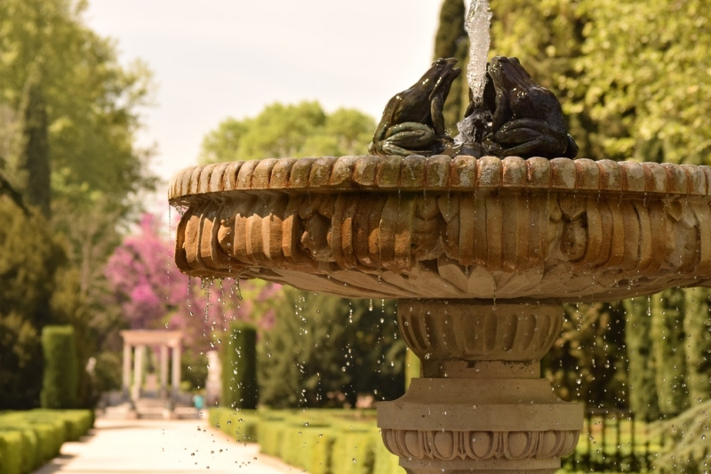 Fountains, statues and rose archways make up the French area of Capricho park.
