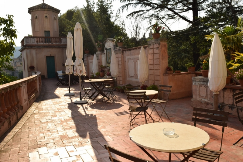 From this charming back patio you can have your breakfast while enjoying the fantastic view of the Besalu's famous bridge.