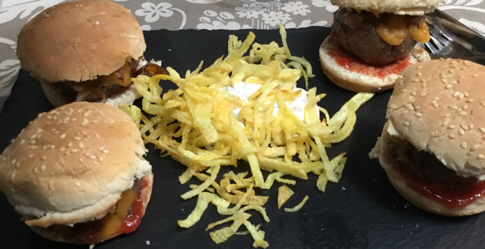 Hamburger slider with shaved fries, a perfect option for children.
