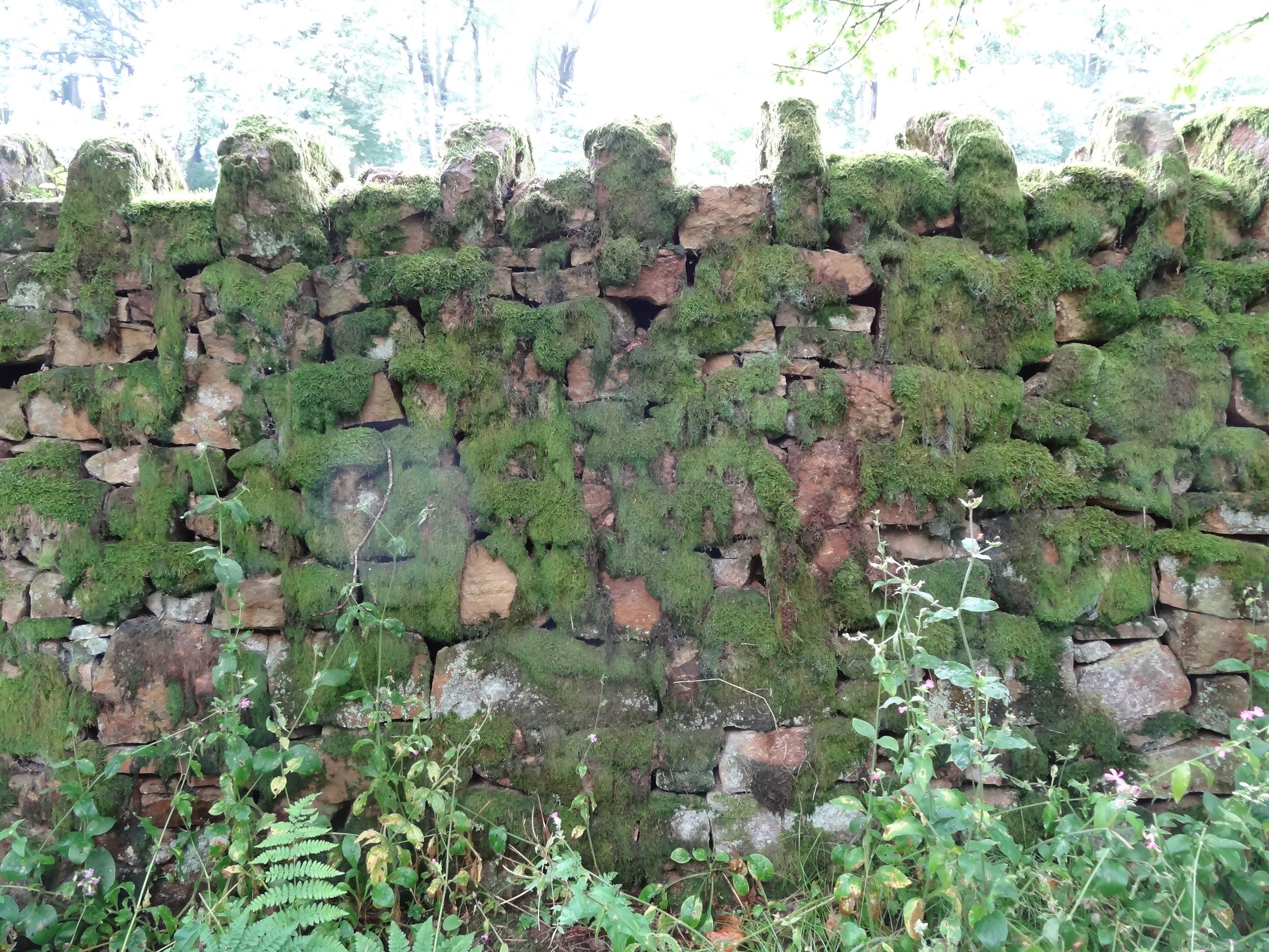 Estate wall