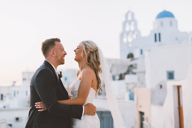 Creamy Santorini sunsets 🌅 . . . . . . . . #greenweddingshoes #rockmywedding #junebugweddings #intimateweddings #stylemepretty #readshawwedding #santoriniwedding #santoriniweddingphotographer #greekwedding #santoriniweddings #weddingseason #europeweddings #internationalweddingphotographer #internationalwedding