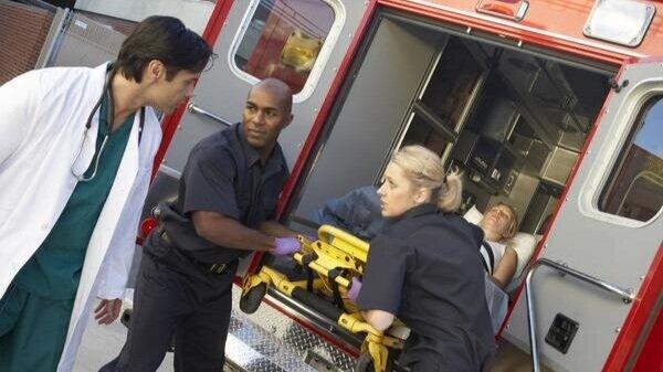 Paramedic_unloading_patient_grande.jpg