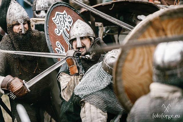 #battlefield #battle #vikingage #vikings #slavic #warriors #soldiers #helmet #shields #linefighting #spears #livinghistory #reenactment #burgfestneustadtglewe #nikon #nikonphotography #nikond600 #@foto_forge