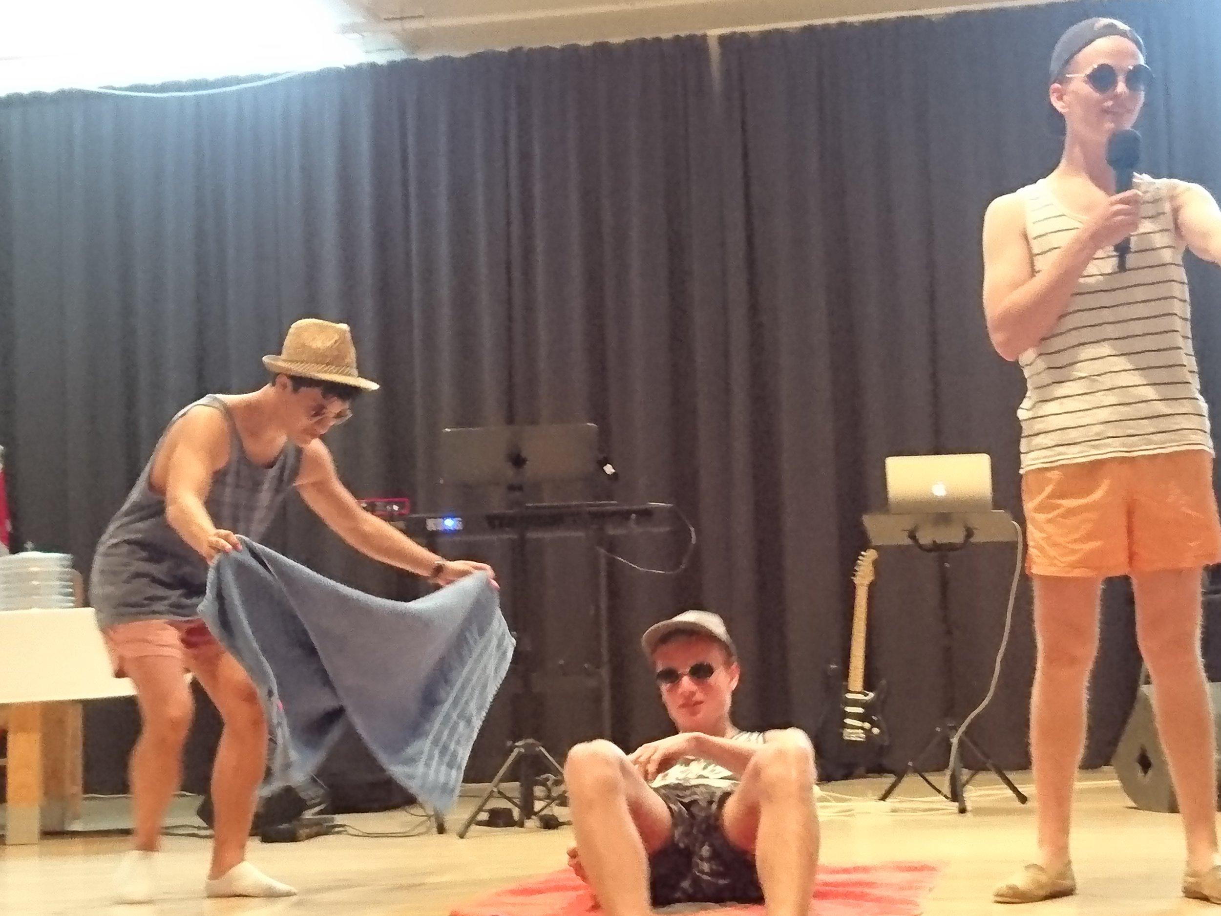 Bethelboys-trioen informerer om sommerfesten. Daniel Sylvarnes og David Solberg slapper av mens Daniel Kismul tar seg av pratingen.