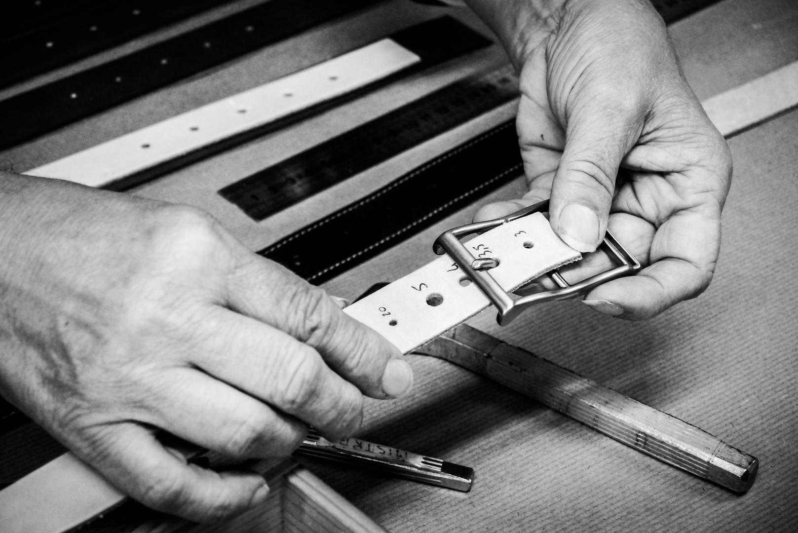 selection-calibrage-trou-ceinture-maroquinerie-locre-paris-locre-cuir-maison-locre-maroquinerie