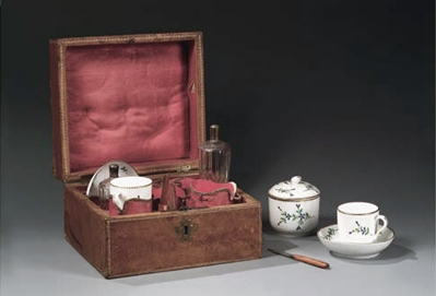 Coffret gainé de cuir contenant un 'tête-à-tête' en porcelaine   et deux flacons de c  ristal, manufacturés par Locré à la fin du XVIIIè siècle.