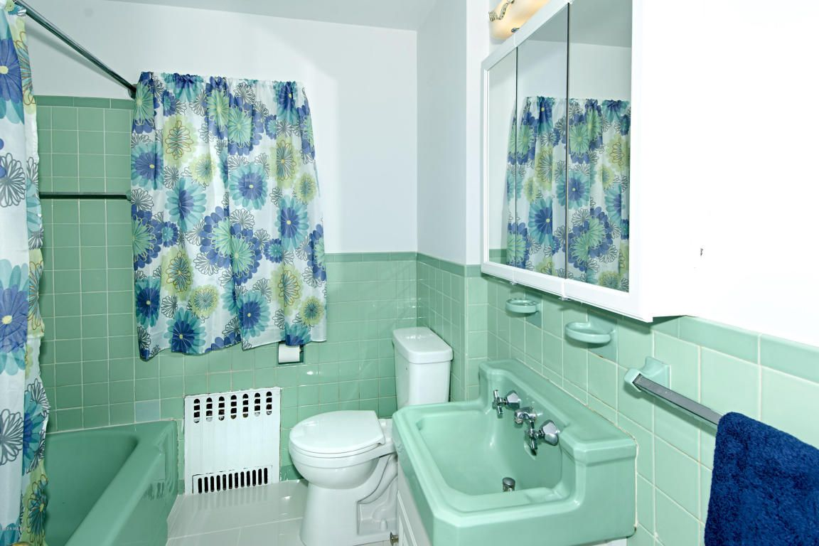 """The listing describes this as a """"retro-bathroom"""". I'm tempted to call it obsolete"""