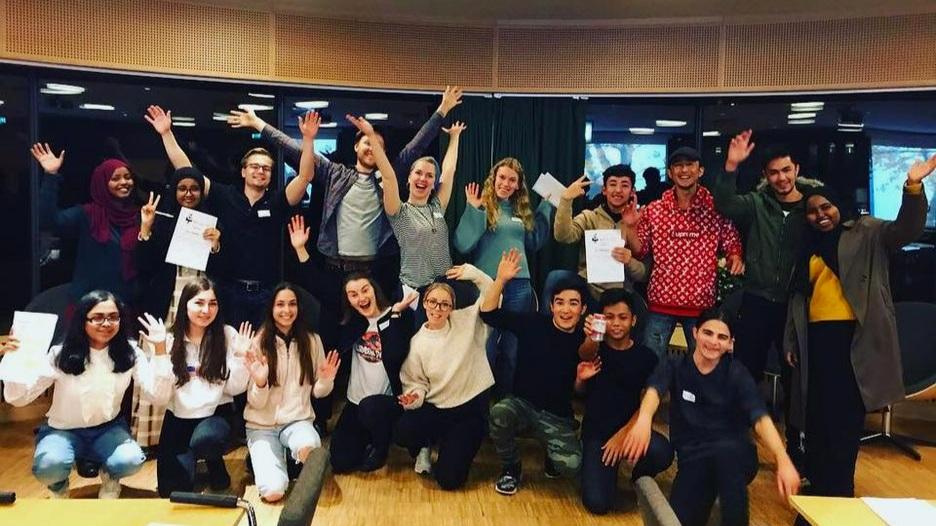 """Glada studenter och ungdomar som deltagit under programmets sista workshopen, """"Tro på dig själv och dina utbildningsdrömmar""""."""
