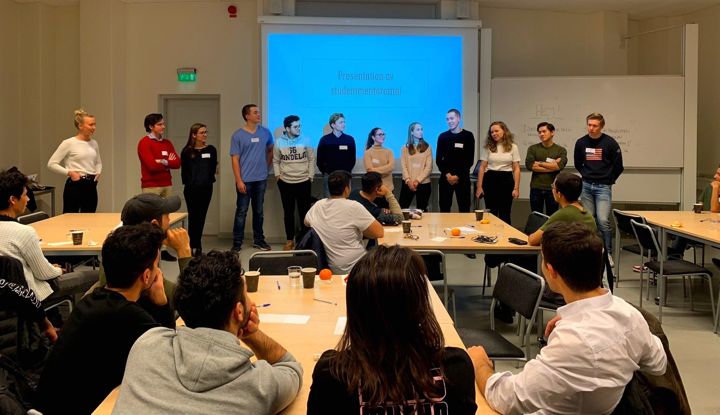 """Presentation av studentmentorerna under första workshopen, """"Lär känna din studentkompis""""."""