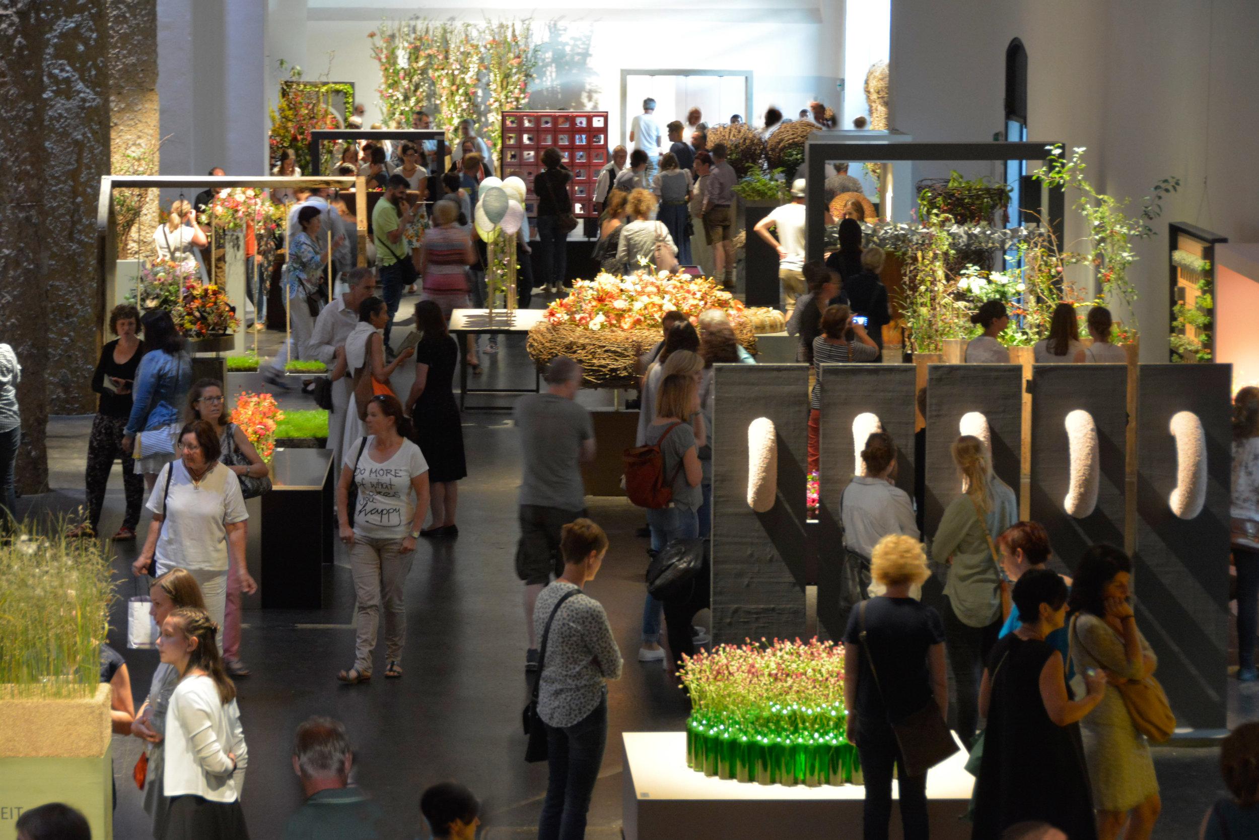 Besucherandrang an der Ausstellung im Salzlager in Hall/A: Tausende an Fachbesuchern liessen sich die einzigartige Ausstellung auf 1500m2 nicht entgehen und bestaunten die 150 Meisterwerke von Nicole von Boletzkys Meisterabsolventen.