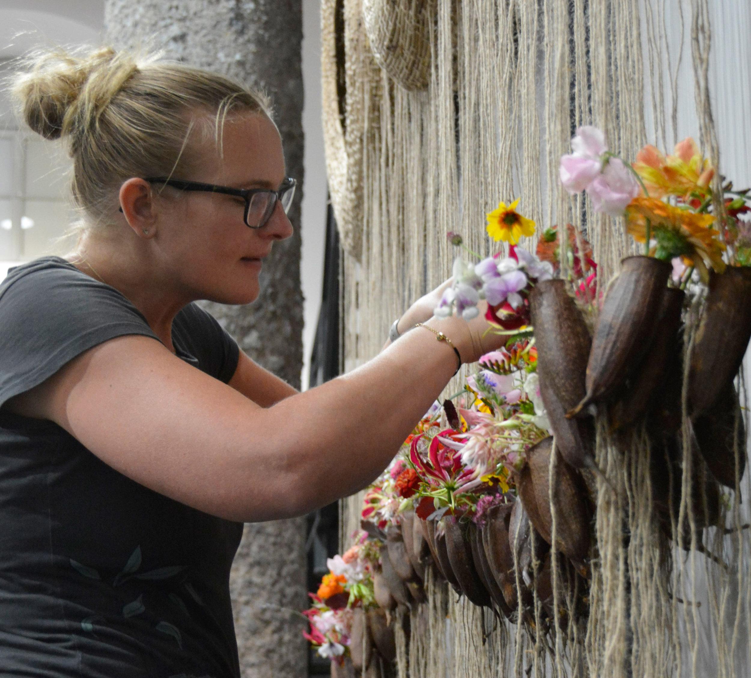 Rita Stobbe aus dem deutschen Günzburg, verlagerte den Blütenbereich unterhalb der drei Ringgefässe, welche in luftiger Höhe schwebten.