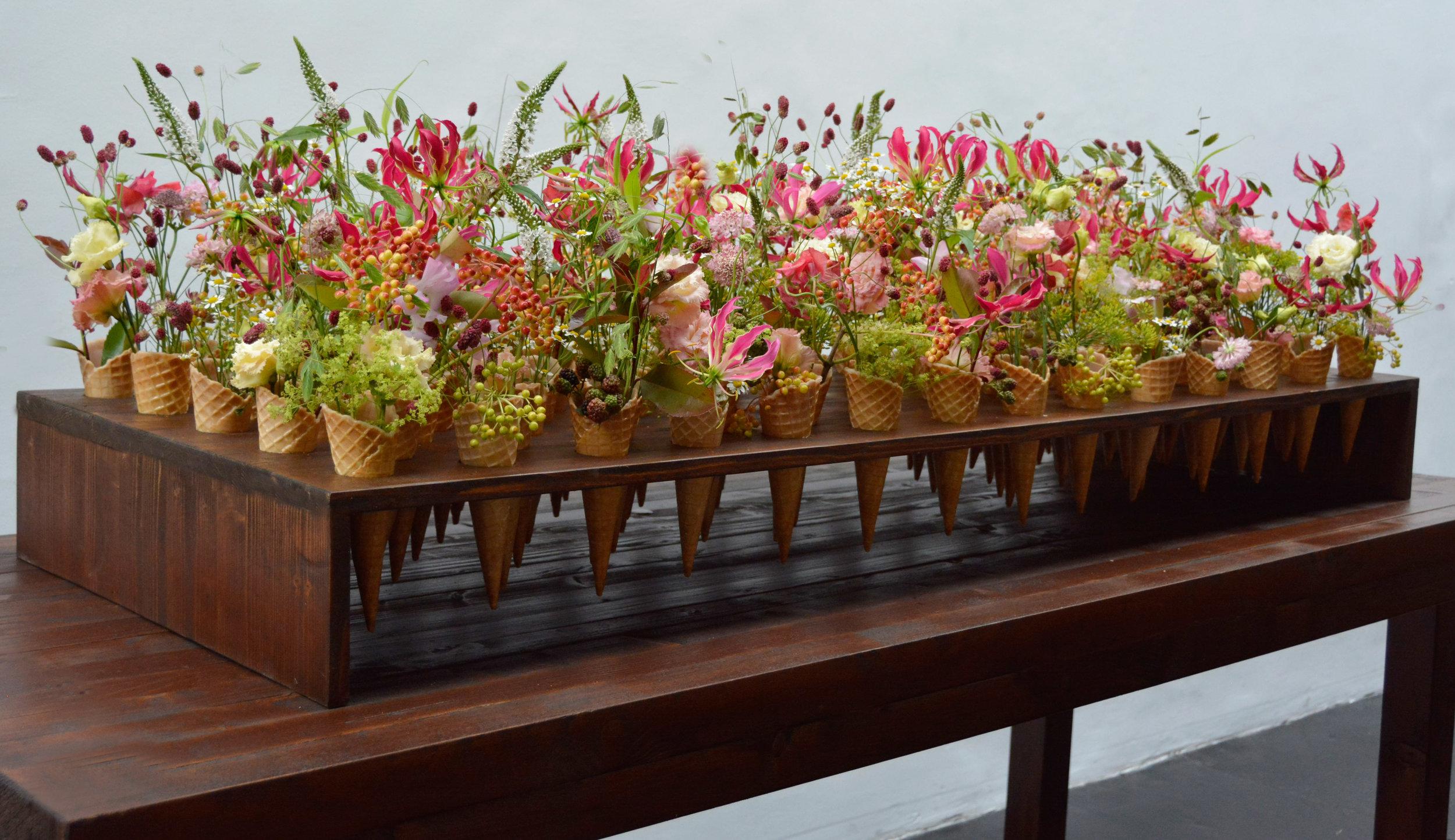 Bestnote erhielt Franziska Krebser aus Wil/CH für ihren Tischschmuck aus 70 floral befüllten Eiswaffeln – unbedarft und fröhlich wirkte die Blütenfüllung, der man den gestalterischen und technischen Kraftakt nicht mehr ansah.