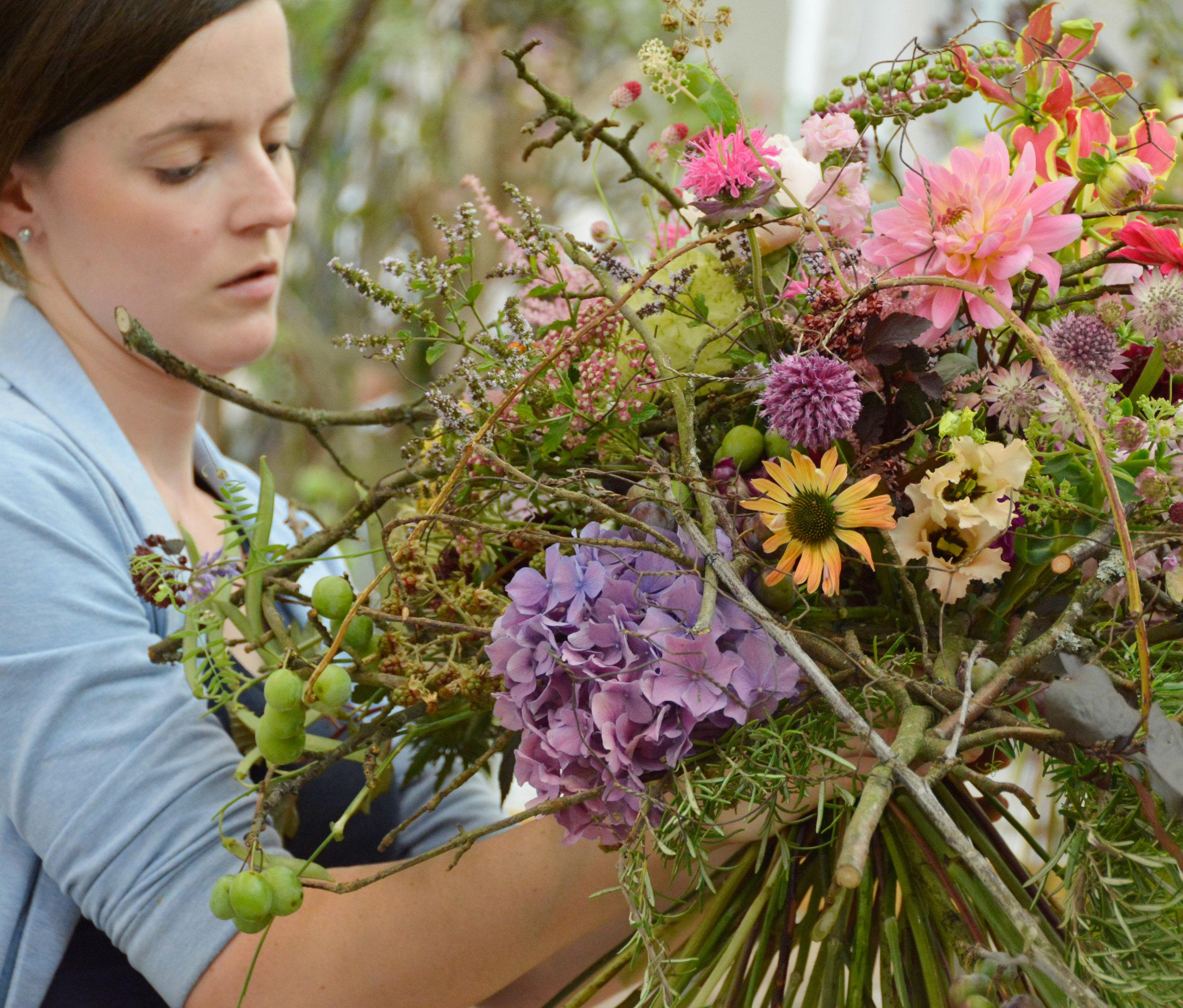 Für Petra Huber aus der Pfalz war immer schon klar; ihren Meister wollte sie unbedingt an der Academy of Flowerdesign / AoF machen, wie schon ihre Arbeitgeberin Yvonne Gaab (Vizeweltmeisterin 2009).