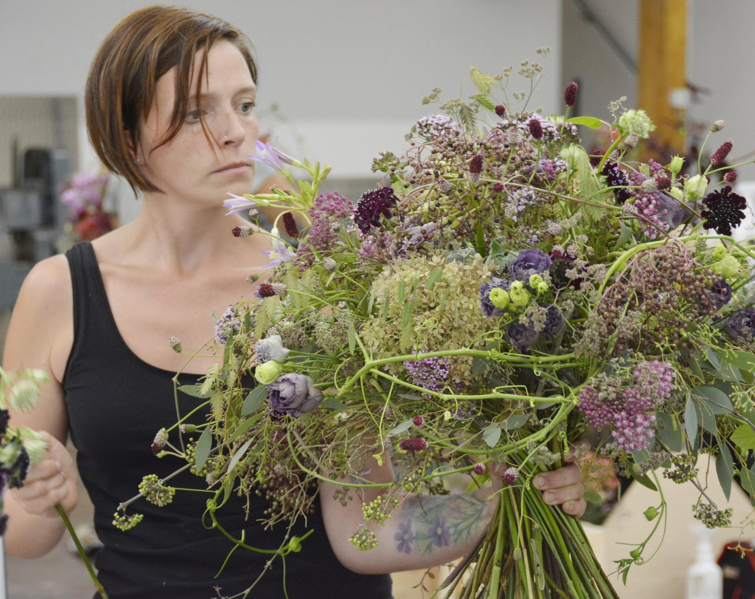 Höchste Konzentration während der laufenden Prüfung, Sonja Bogner zauberte einen Blütentraum in Violetttönen, ein Traumstrauss, wie ihn nicht viele Floristen beherrschen.