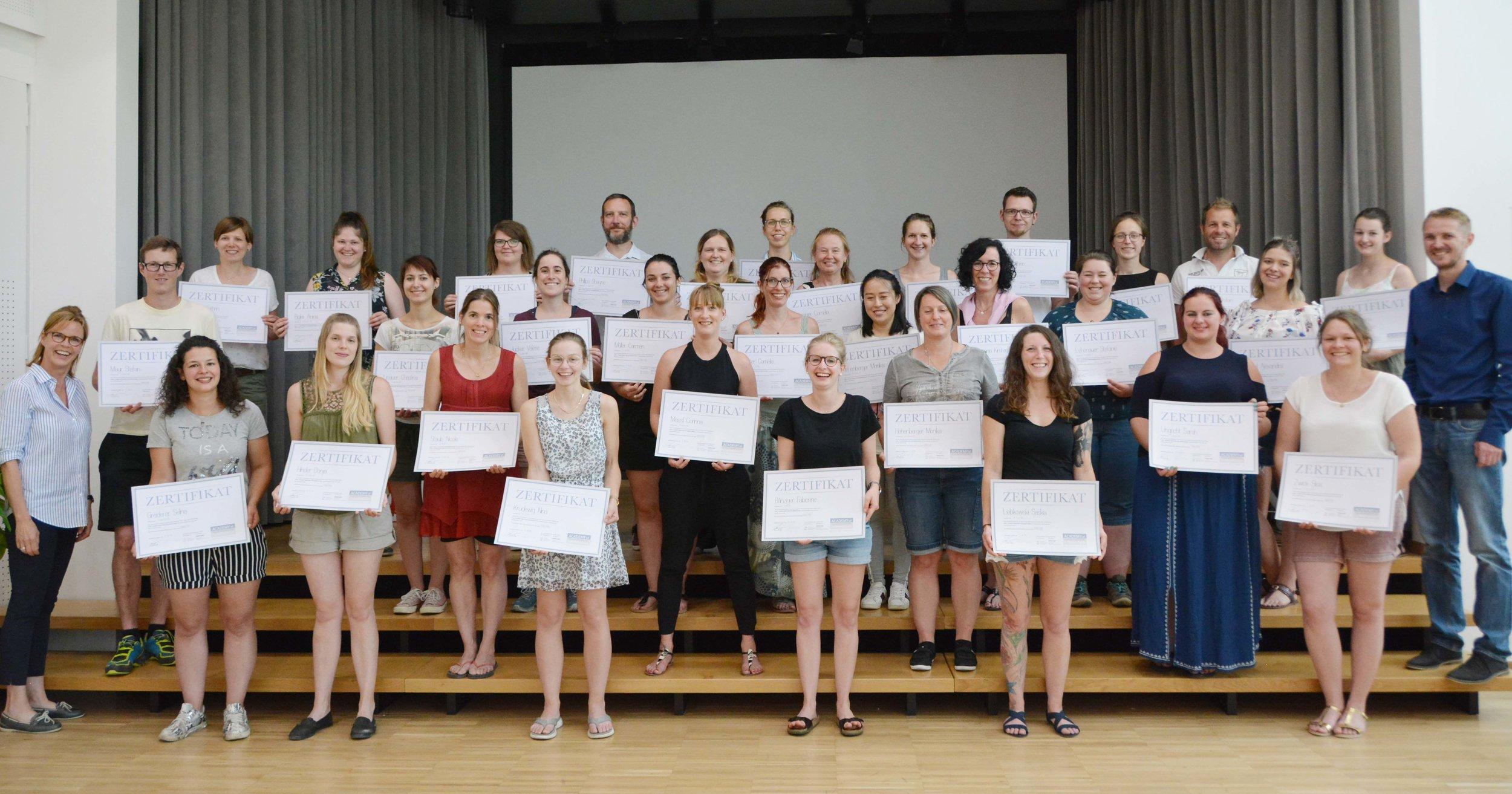 Als krönender Abschluss durften alle AoF-Meisterschülerinnen und -schüler wohlverdient das schöne Schulzeugnis in Empfang nehmen: Herzliche Gratulation zum erfolgreichen Abschluss des Schuljahres!