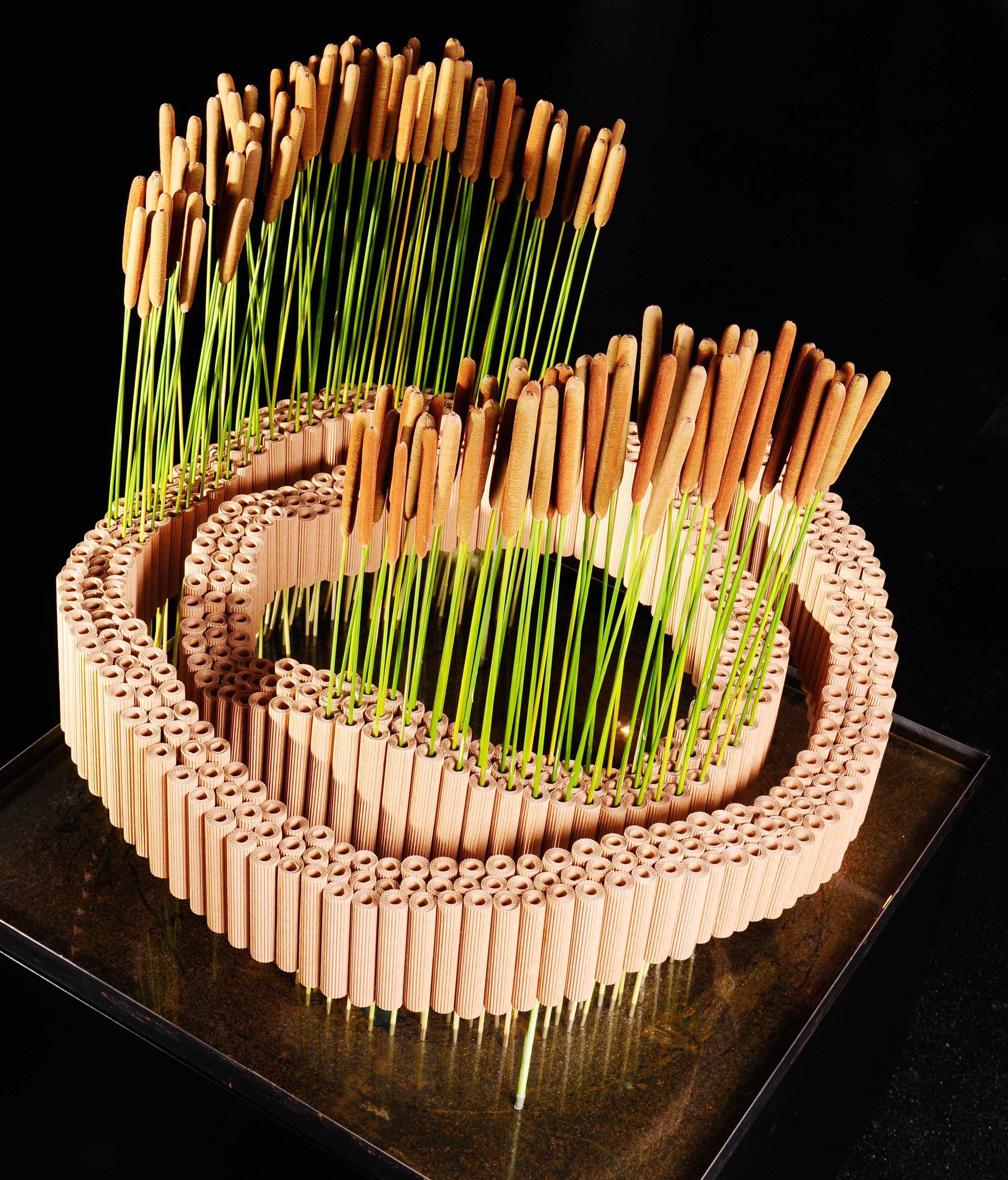 Die Schweizerin Kirsten Stuhrmann übertrug markanten Schwung auf ihre Ringform und führte diesen Grundgedanken weiter bis in die florale Ergänzung.