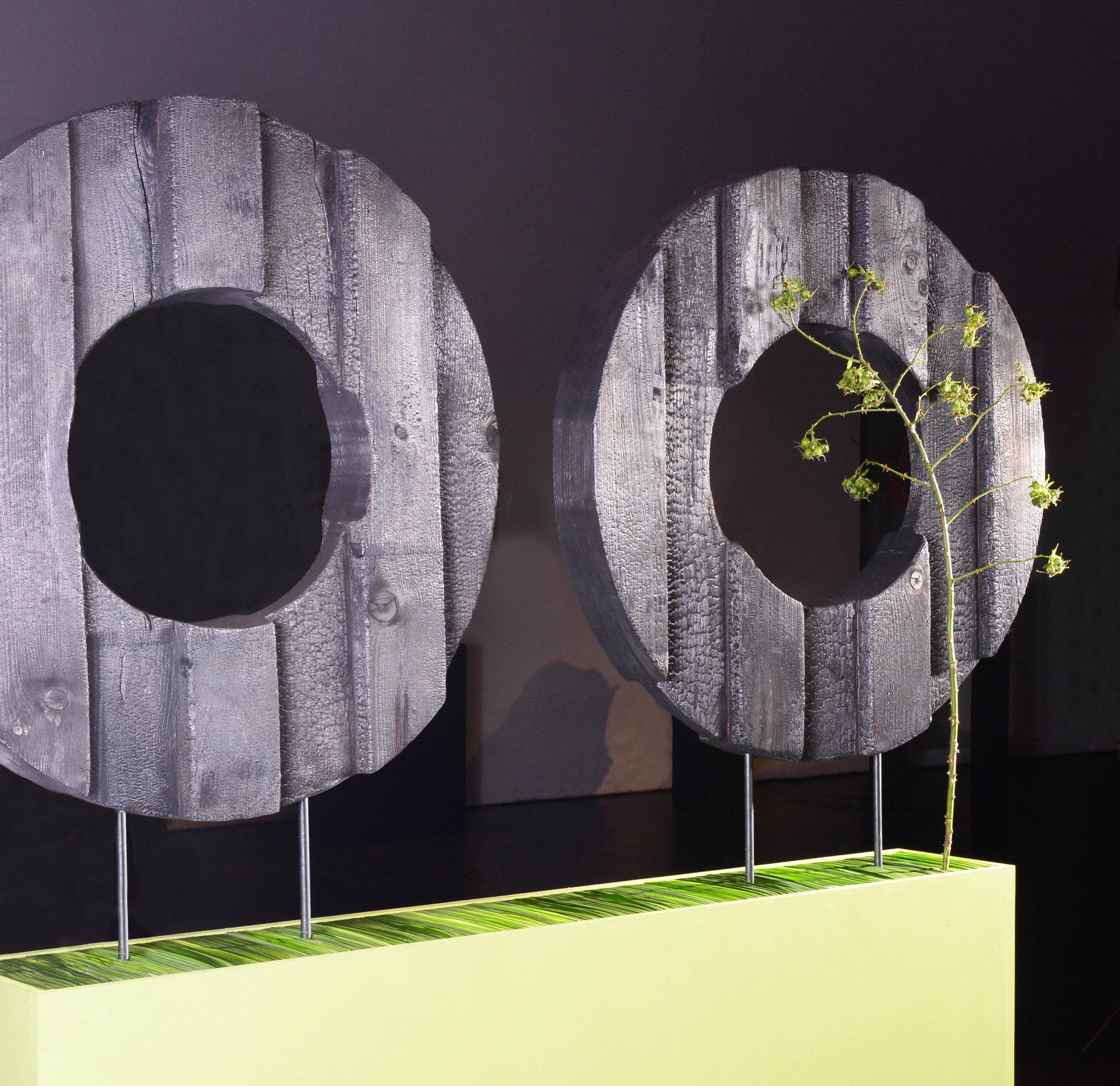 Verkohlte Ringformen dienten Elisa Zwick dazu, das Vergängliche sichtbar zu machen. Zart grüne Ranken wiesen auf das Vorangegangene hin.